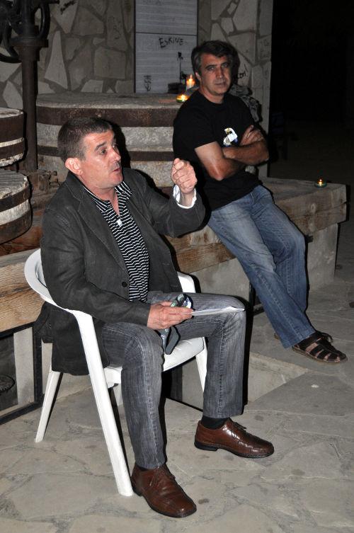 Eduardo Bayona (izq.) en Alcampell, 27 agosto 2011. En segundo plano, este preguntador.